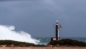 El faro y la tormenta foto de archivo