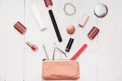 El fashionista de la muchacha puede poner en sus pequeños artículos del bolso millón Foto de archivo libre de regalías