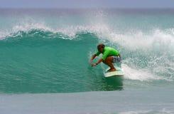 El favorable practicar surf de Monahan de la alegría de la muchacha de la persona que practica surf foto de archivo