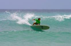 El favorable practicar surf de Monahan de la alegría de la muchacha de la persona que practica surf fotografía de archivo