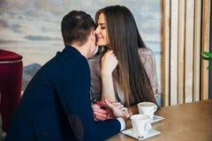 El fechar en el café Pares jovenes hermosos que se sientan en el café, amor de consumición del café, fechando Fotos de archivo