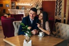 El fechar en el café Pares jovenes hermosos que se sientan en el café, amor de consumición del café, fechando Fotografía de archivo