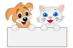 El felices perro y gato sostienen una bandera limpia Imágenes de archivo libres de regalías