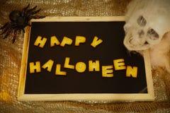 El feliz Halloween redacta la decoración con el fondo del cráneo Fotografía de archivo