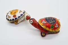 El feng-shui dos coloreó tortugas del metal con la cáscara desmontable del caparazón para el depósito de la joyería fotos de archivo libres de regalías
