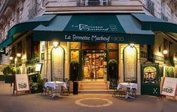El Fermette Marbeuf, un restaurante histórico mencionado del monumento situado cerca de la avenida de Champs-Elysees en París, Fr Imagen de archivo