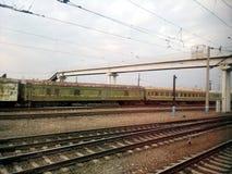 El ferrocarril, camino, ferrocarril, carro, infraestructura, transporte, viejo, plataforma, etapa, estación, verano Imágenes de archivo libres de regalías