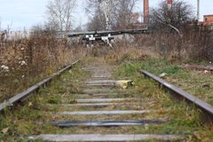 El ferrocarril cerca otoño con barandilla Foto de archivo libre de regalías