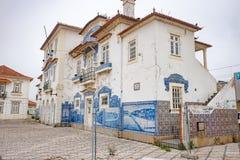 El ferrocarril de Aveiro es edificio histórico adornado con los muchos paneles azules típicos de Azulejos Imágenes de archivo libres de regalías