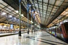 El ferrocarril de Rossio por noche en Lisboa, Portugal Foto de archivo
