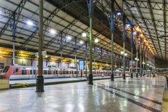 El ferrocarril de Rossio por noche en Lisboa, Portugal Imagen de archivo libre de regalías