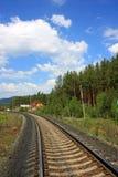 El ferrocarril debajo del cielo azul Foto de archivo libre de regalías