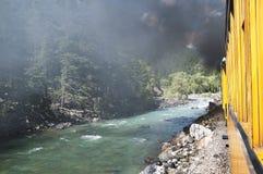 El ferrocarril del indicador estrecho de Durango a Silverton que corre a través de Rocky Mountains por los Animas del río en Colo Foto de archivo