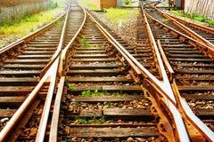 El ferrocarril delantero de la manera en la oscuridad foto de archivo