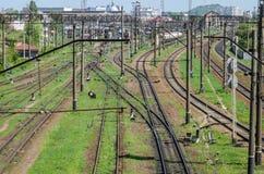 El ferrocarril en el cual hay muchos trenes y carros de carga Imagen de archivo