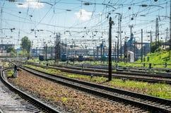 El ferrocarril en el cual hay muchos trenes y carros de carga Fotos de archivo libres de regalías