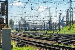 El ferrocarril en el cual hay muchos trenes y carros de carga Imágenes de archivo libres de regalías