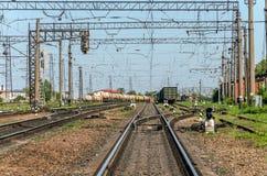 El ferrocarril en el cual hay muchos trenes y carros de carga Fotos de archivo