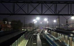 El ferrocarril en la ciudad Dnipro en la noche, Ucrania Foto de archivo
