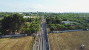 El ferrocarril en el vuelo del abejón 4k del campo almacen de metraje de vídeo