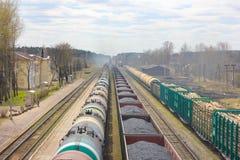 El ferrocarril estira en la distancia, tres trenes de carga lleve Foto de archivo libre de regalías