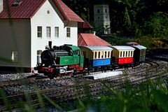 El ferrocarril modelo con el tren viejo y los carros en MiniSlovakia parquean en Liptovsky enero Imagen de archivo