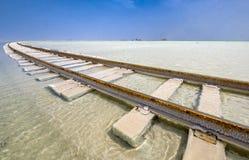 El ferrocarril puso encima del lago de sal en el agua Imagen de archivo libre de regalías