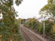 El ferrocarril vacío rastrea abajo del puente Imagenes de archivo