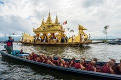 El festival de la pagoda de Phaung Daw Oo en el lago Inle de Myanmar Foto de archivo