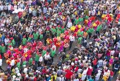 El festival de linterna chino con los dragones coloridos, león, banderas, coches, marchó en muchedumbre atraída las calles Imagen de archivo libre de regalías