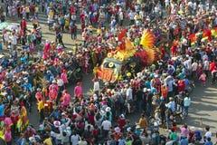 El festival de linterna chino con los dragones coloridos, león, banderas, coches, marchó en muchedumbre atraída las calles Imagen de archivo