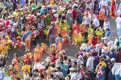 El festival de linterna chino con los dragones coloridos, león, banderas, coches, marchó en muchedumbre atraída las calles Imagenes de archivo