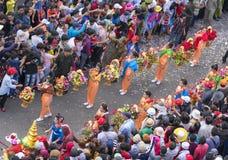 El festival de linterna chino con los dragones coloridos, león, banderas, coches, marchó en muchedumbre atraída las calles Foto de archivo