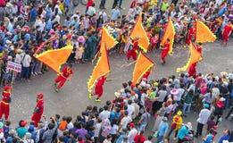 El festival de linterna chino con los dragones coloridos, león, banderas, coches, marchó en muchedumbre atraída las calles Imágenes de archivo libres de regalías