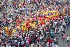 El festival de linterna chino con los dragones coloridos, león, banderas, coches, marchó en muchedumbre atraída las calles Fotografía de archivo