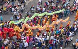 El festival de linterna chino con los dragones coloridos, león, banderas, coches, marchó en muchedumbre atraída las calles Foto de archivo libre de regalías
