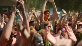 El festival de los colores, gente lanza las pinturas almacen de video