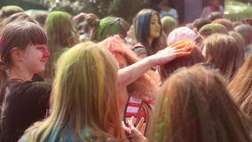 El festival de los colores, gente lanza las pinturas almacen de metraje de vídeo
