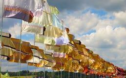 El festival señala agitar por medio de una bandera en sol contra el cielo dramático Imagen de archivo