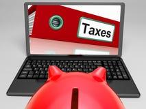 El fichero de impuestos en el ordenador portátil muestra impuestos Fotos de archivo libres de regalías