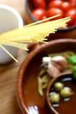 El fijar para el plato mediterráneo o italiano de los tallarines de las pastas. Imagenes de archivo