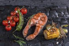 El filete asó a la parrilla la trucha de color salmón con las verduras en el carbón de leña Imagenes de archivo