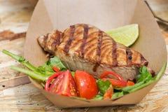 El filete de atún de la comida de la calle sirvió con el primer de las verduras Fotografía de archivo