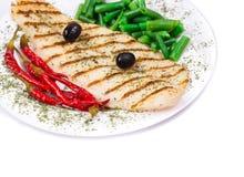 El filete de color salmón asado a la parrilla sirvió de guisantes y de pimienta roja Imagen de archivo