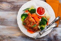 El filete frito del cerdo con las verduras adorna Imagen de archivo