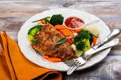 El filete frito del cerdo con las verduras adorna Imagenes de archivo