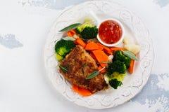 El filete frito del cerdo con las verduras adorna Fotos de archivo libres de regalías