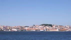 El filtrado del centro de ciudad de Lisboa, Portugal del río Tagus capturó de un transbordador almacen de video