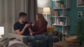 El filtrado del hombre utiliza un smartphone e ignora a su novia metrajes