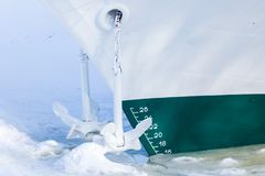 El final de la navegación La nave o el buque está en el cautiverio del hielo y de la nieve fotos de archivo libres de regalías